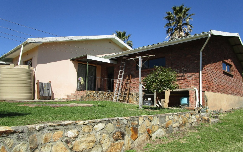 Renovated home in serene setting, safe and secure in Eden.